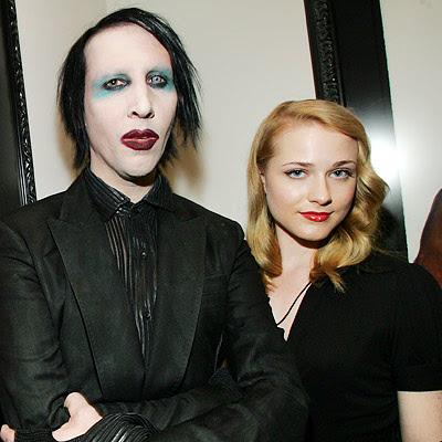 2001) con la actriz Rose McGowan.