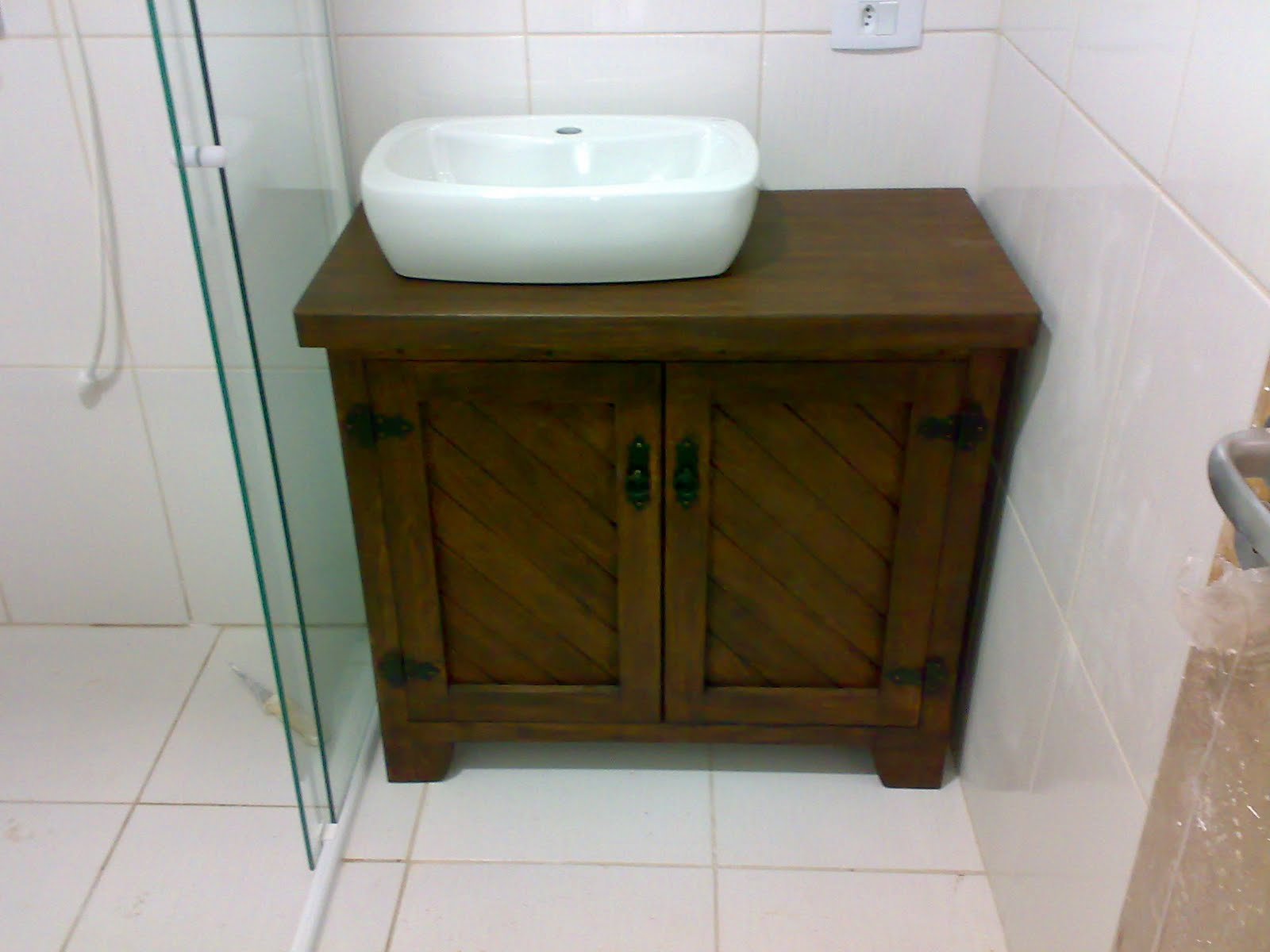 Móvel sob medida com 2 portas e 04 gavetas todo em angelim  #33260B 1600x1200 Armario Banheiro Antigo