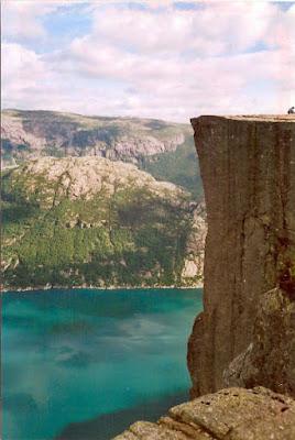 Norvège - Fjord de Prekestolen - 600 mètres de haut et un vent dangereusement déséquilibrant