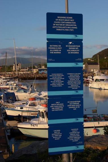 Panneaux indicatifs dans le Marina de Cahirsiveen