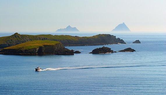 Voici, ce paradis sur terre pour les amateurs à voile. (Horse Island, à l'arriere, Skellig Rocks)