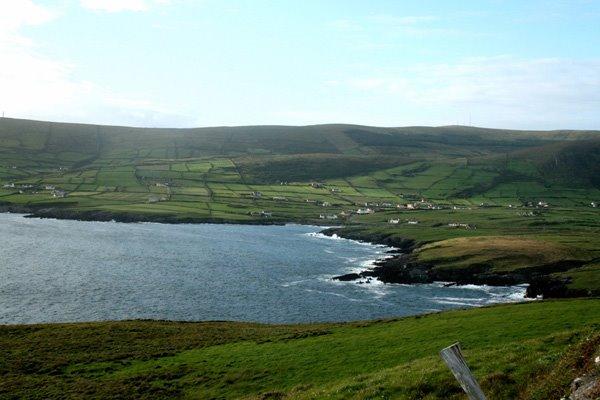 St. Finian's Bay mat dem Duerf, eng Paerel aus dem South-West Kerry