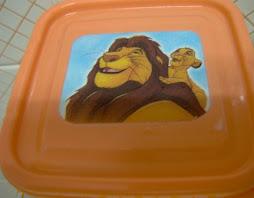 Tampa de tupperware com o rei leão