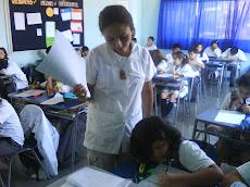 Profesora Ximena y su atención personalizada a los alumnos.
