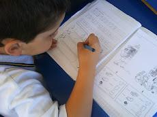Alumnos del Primero Básico B, trabajan en sus cuadernos.