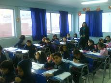 Profesora Guillermina observa y evalúa a los alumnos que recitan...