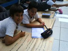 Alumnos trabajan junto al profesor Daniel...