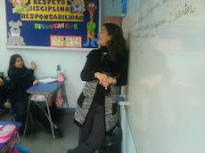 Una profesora que interactúa...