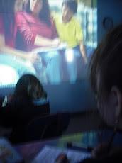 Mientras en la pantalla observan...