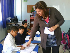 Miss Isabel, motiva a sus alumnos, resaltando pequeños logros...