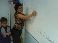 Tía Yocelyn Reyes, en clases de Matemática...