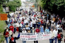 Cerca de 200 moradores caminharam debaixo de garoa. Foto: Antonio Ledes
