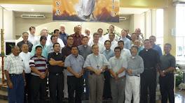 Los sacerdotes de las comunidades religiosas y los del clero diocesano.