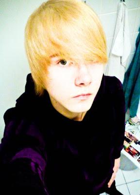 http://4.bp.blogspot.com/_2iSSI8Mqc5c/SfaMrHwbG3I/AAAAAAAAAYY/VyUKRDwYYAA/s400/blonde-emo-boy.jpg