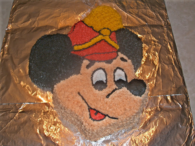 A better look at the Mickey Mouse cake from above