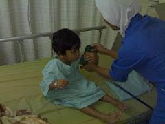 عمر مع ممرضتها في المستشفى