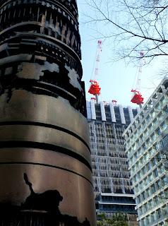 Le trippe dei grattacieli a confronto con la scultura di Pomodoro
