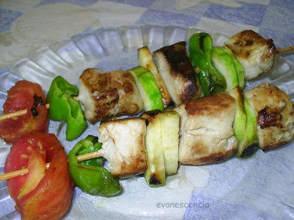 brochetas de pez espada y verduras
