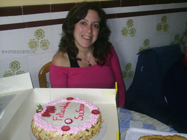 mi hermana junto a la tarta