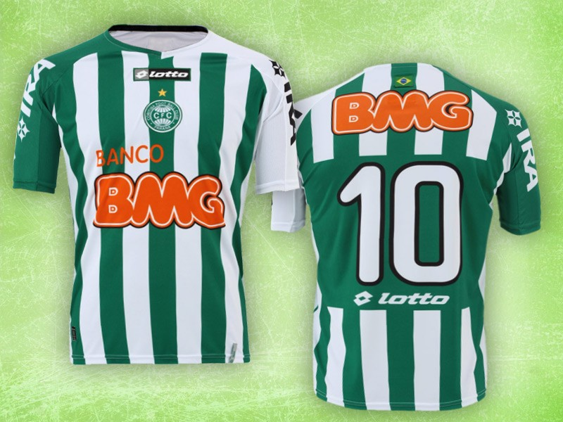 A camisa modelo número 1 do Coritiba tem a cor branca e duas listras  horizontais na cor verde 12bfe5ba3c620