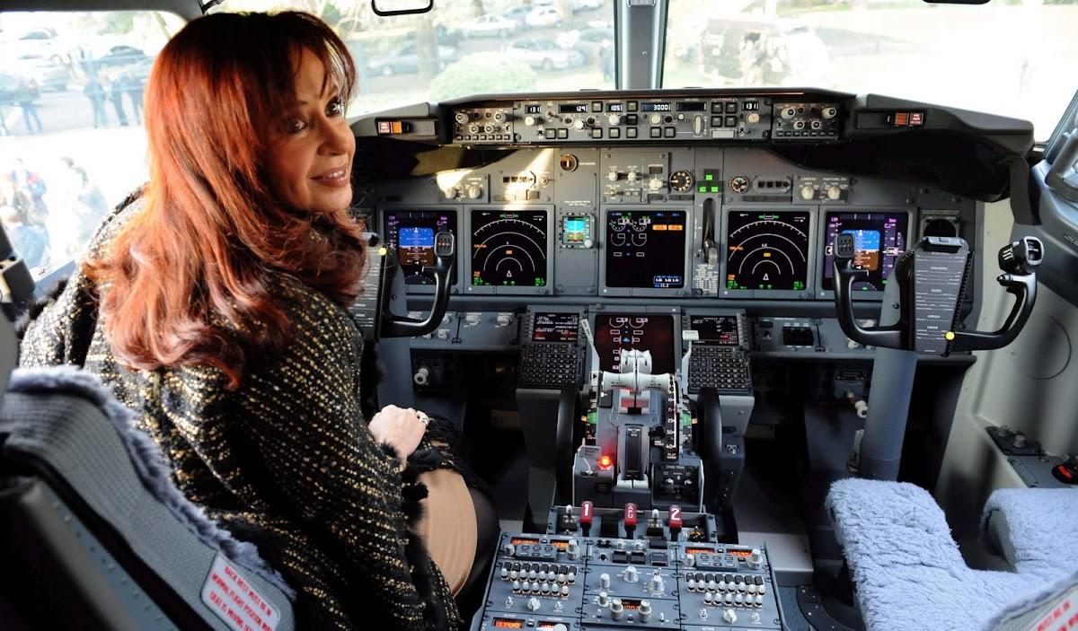 http://4.bp.blogspot.com/_2q0CQPICbIs/TDsAyRylmWI/AAAAAAAAAWY/Tqm3hfZh4Yk/s1200/cris+avion.jpg