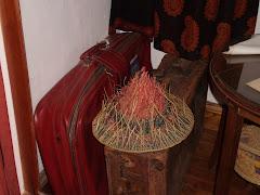 En la casa de Olga Orozco, Toay, ayer con lluvia y su sombrero