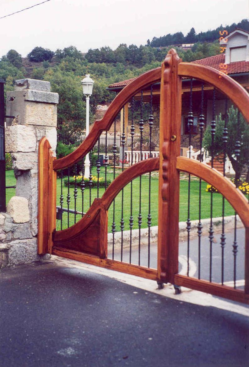 portal en hierro con detalle de vieira y elementos de latn