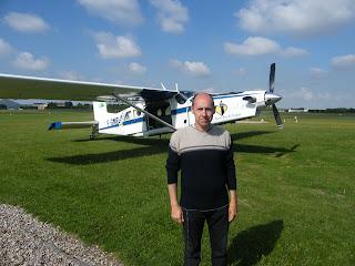 Eric Bile devant l'avion dans lequel je me suis envoyé en l'air