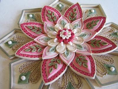 Это искусство изготовления объемных или плоских композиций из полосок бумаги различной формы, скрученной в спиральки.