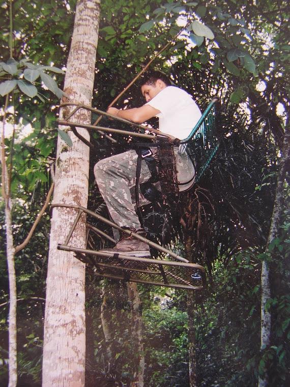 Demonstração do uso de uma cadeira para caçador (fabricação americana)