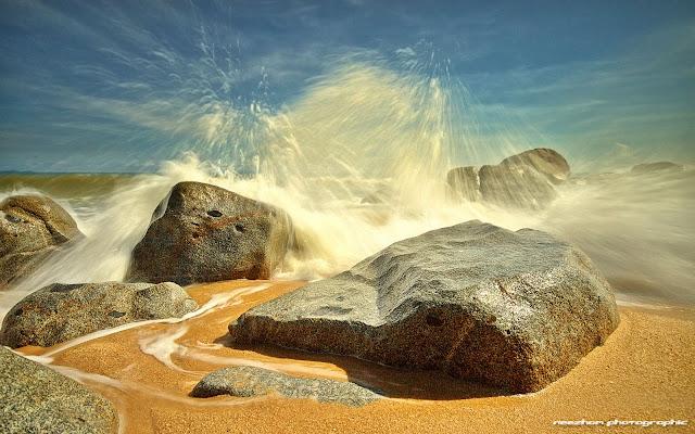 Percikan air besar di Pantai Bari Kecil, Setiu