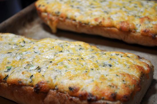 Suzy Homefaker: Cheesy Garlic Bread
