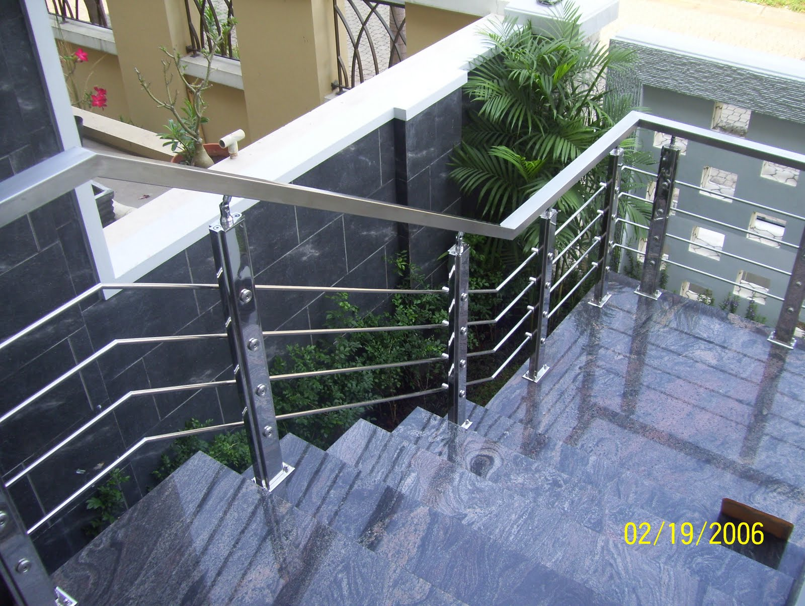 stainless) yang ditempatkan di tangga masuk, teras dan balkon rumah