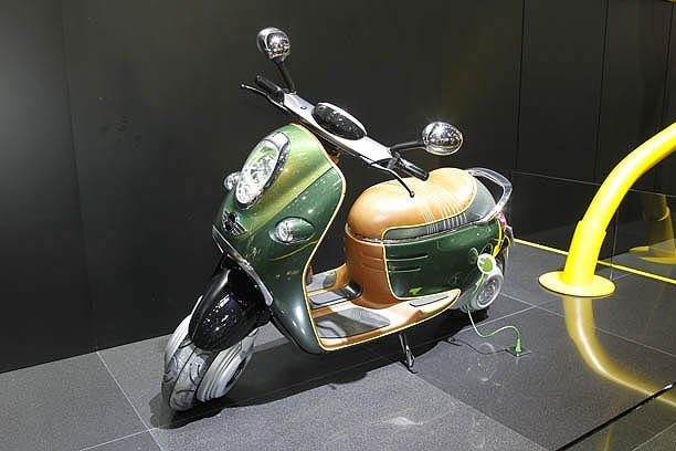 Mini has shown an electric scooter in paris 2010 live for Garage scooter paris