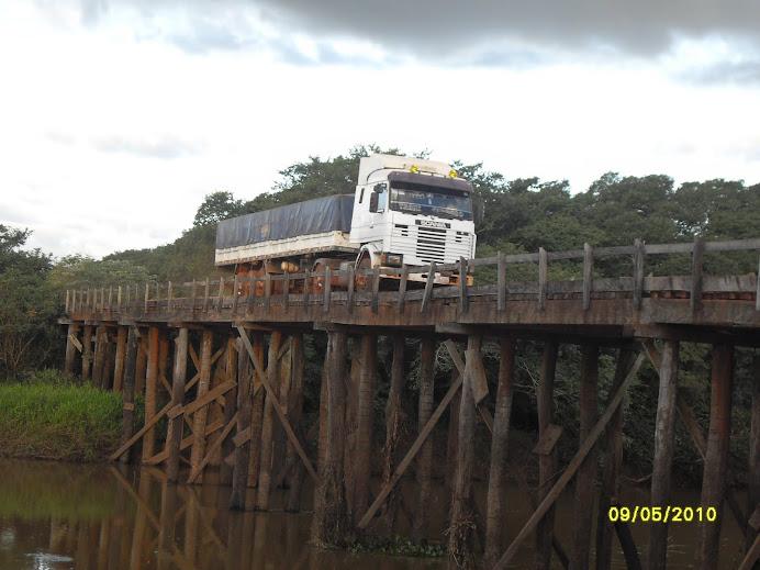 Transportes pequeños, medianos y de gran porte, cruzan el puente del Pirapó.