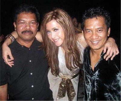foto maia estianty merangkul dengan mesra dua pria foto hot maia ...