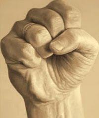 La mano bien cerrada para no dejar escapar el poder