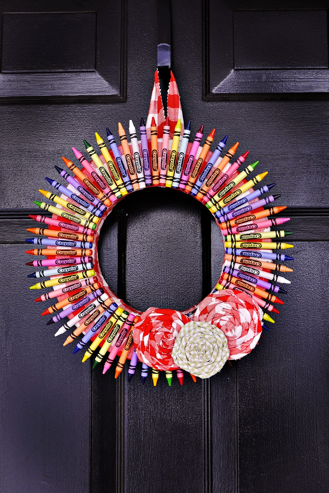 Crayola craft ideas back to school wreath with crayons for Back to school decoration