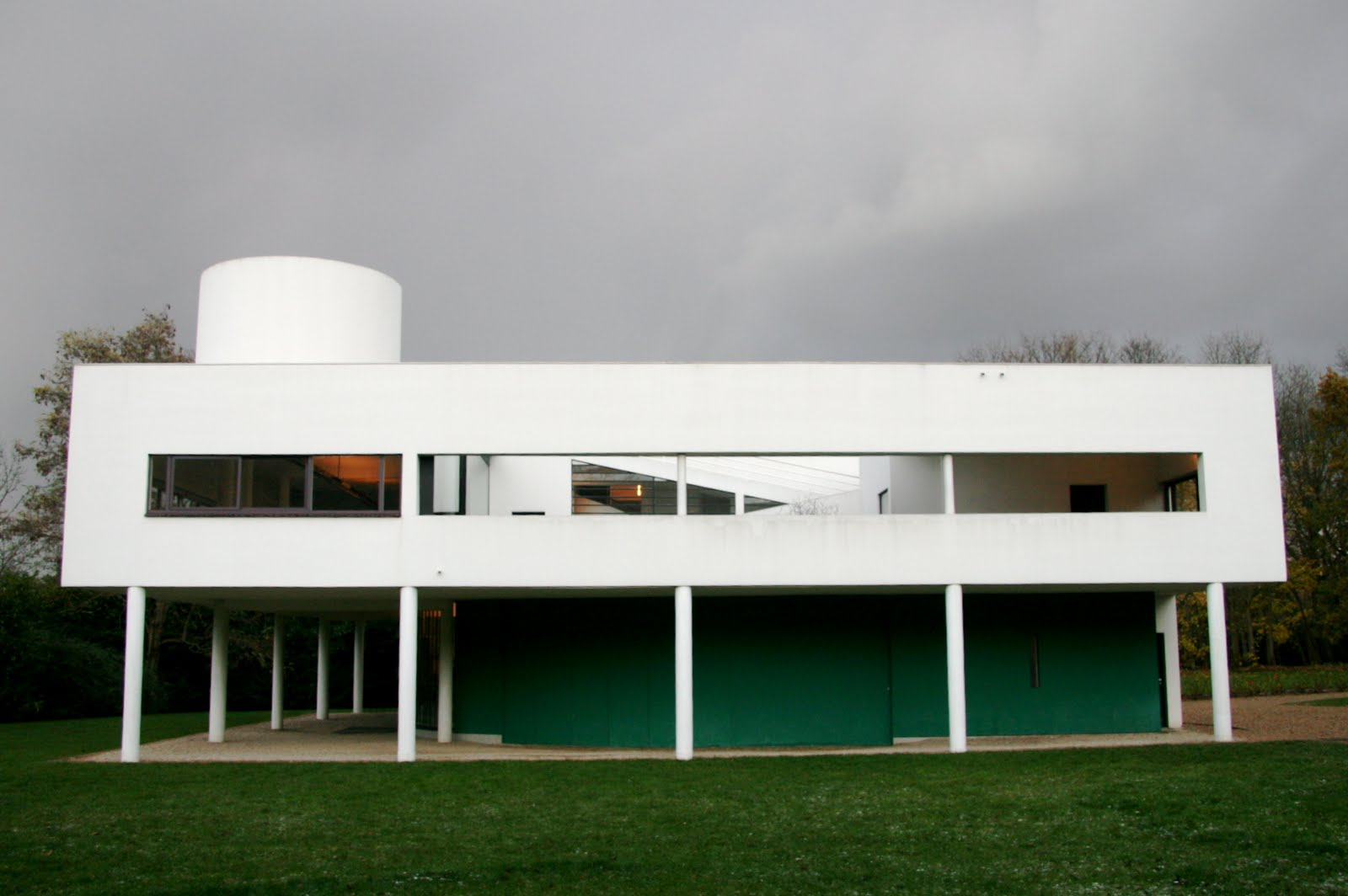 villa savoye This famous house was built in 1929 the narrow columns replace the need for load-bearing walls and allow for a more open floor plan.