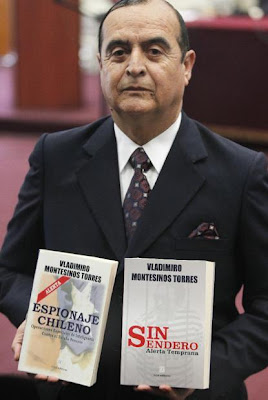 Vlademiro Montesinos mostrando sus libros