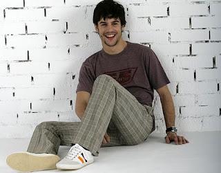 Alejo Sauras feliz posando en el piso sentado