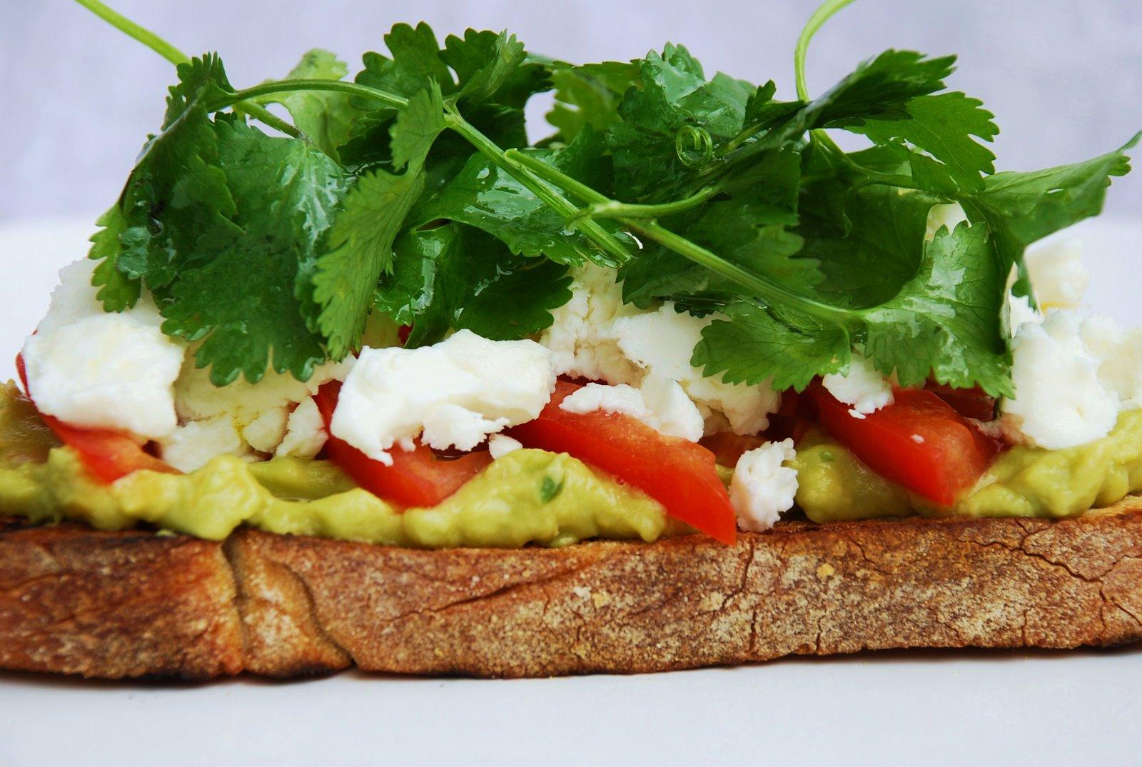 In the mood for food: Bruschetta de guacamole, tomate e queijo feta