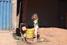 Menina buscando água