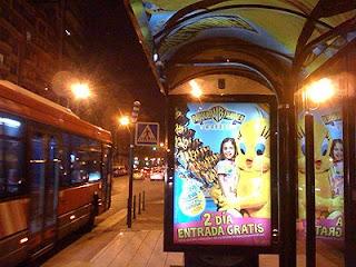 Foto del anuncio en parada de bus