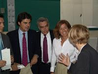 El Dr. Antonio Guedes junto a Jorge Moragas y Ana Botella conversando con Enma Bonino