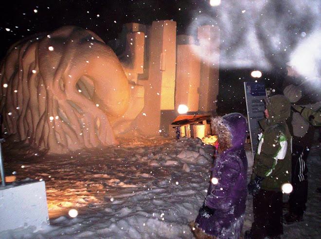En la noche, nevando y espectadores.