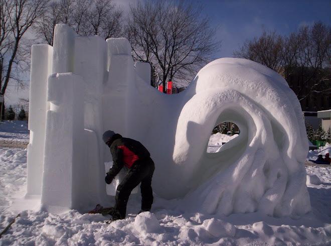 Luis Prada. Moviendo bloque de nieve para montarse sobre la pieza