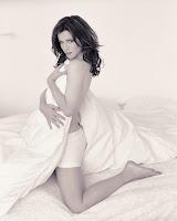 Скромная Кейт Бекинсейл прикрывает свою грудь одеялом