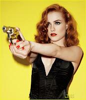 Рыжая Evan Rachel Wood в черном белье и с пистолетом