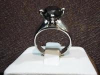 Cincin dengan diikat berlian hitam hampir 4 crat dan emas putih dengan